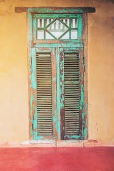 ビンテージスタイルの古い高齢者の家のドアと窓