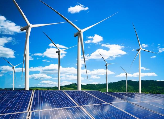 Панели солнечных батарей и ветрогенератор фермы экологически чистой энергии