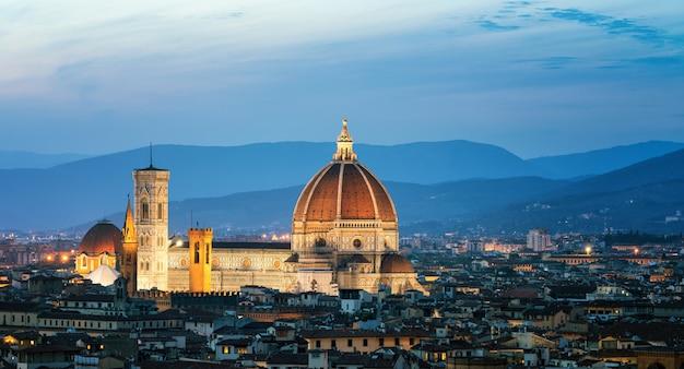 フィレンツェ-イタリアの夜のフィレンツェ大聖堂