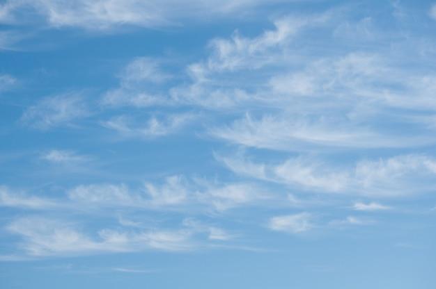 空と雲。 -青い空と空の白い雲。長い雲。
