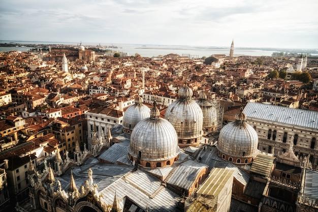 サンマルコ広場からのヴェネツィアのイタリアのスカイライン