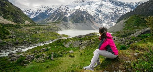 荒野の風景を旅する山のハイカー。