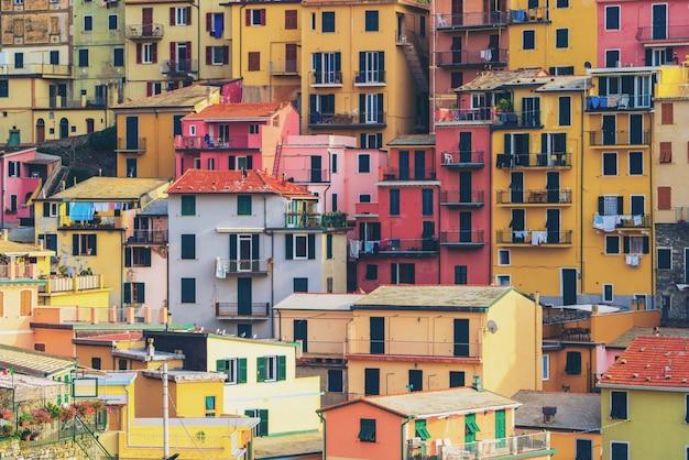 Разноцветные дома в маленькой деревне
