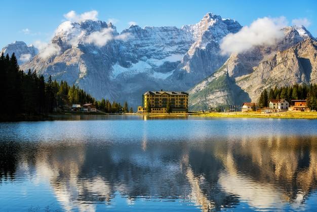 イタリアのドロミテ山とミズリーナ湖
