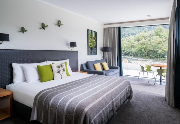 オーストラリアのモダンなベッドルームのインテリア自然ウィンドウ