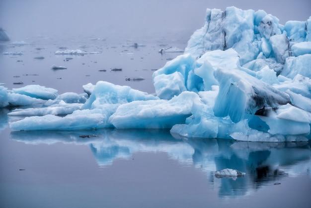 アイスランドのヨークルサルロン氷河ラグーンの氷山。