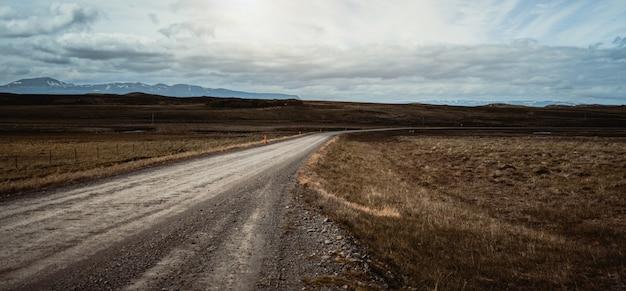 田園風景の中の空の未舗装の道路。