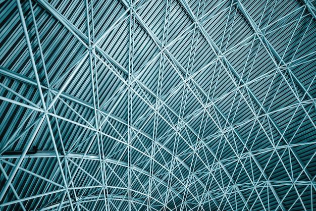 金属鋼屋根のモダンなインテリア建築。