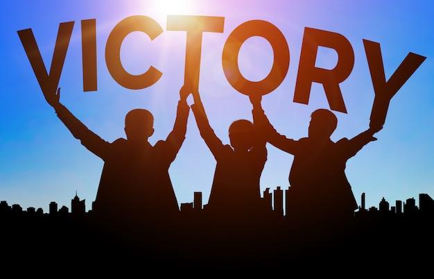 Силуэты с текстом «победа». концепция успеха достижения и цели бизнеса.