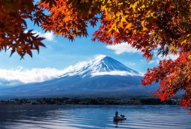 Гора фудзи в осеннем виде с озера кавагутико