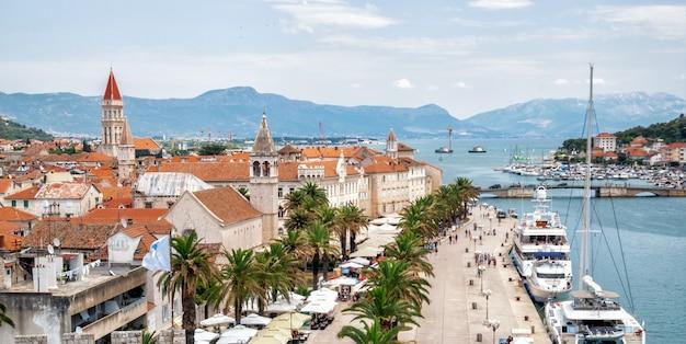 Старый городок трогира в далмации, хорватия, европа.