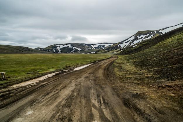 Дорога в ландманалаугар по горной местности исландии