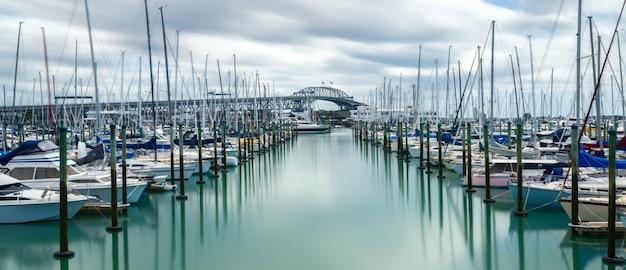 オークランド、ニュージーランドのオークランドハーバーブリッジ