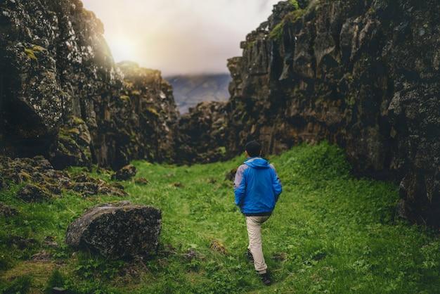 アイスランドの風景全体をハイキングする男性旅行者。