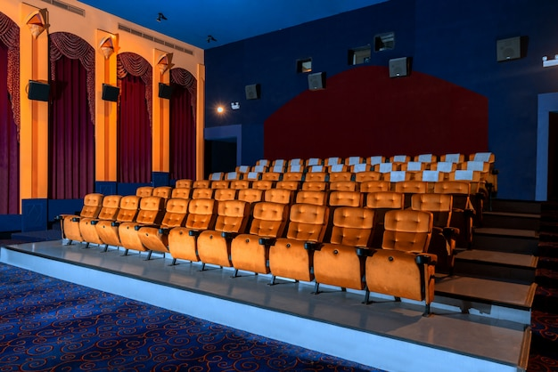 Большой кинотеатр с пустыми креслами кинотеатра.