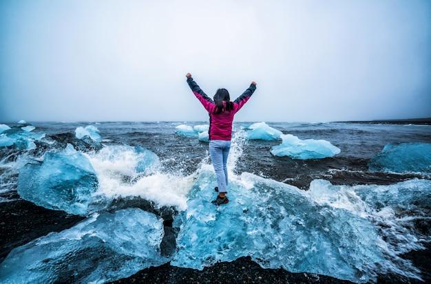 アイスランドのダイヤモンドビーチの女性旅行者。