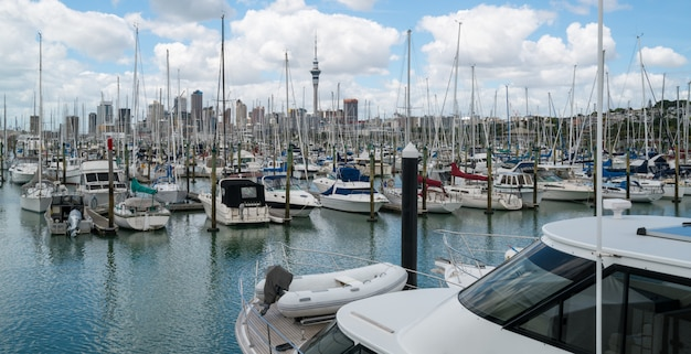 ニュージーランド、オークランドの港でヨット