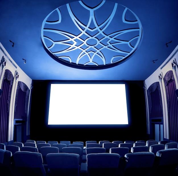 Кинотеатр показывая пустой белый экран кино.