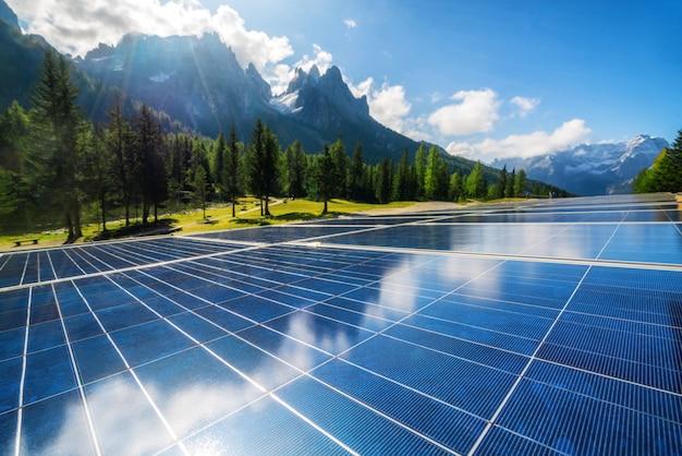 国の山の風景の中の太陽電池パネル。