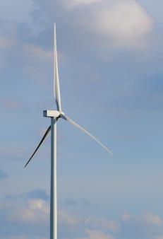 丘の中腹に風力タービンファーム