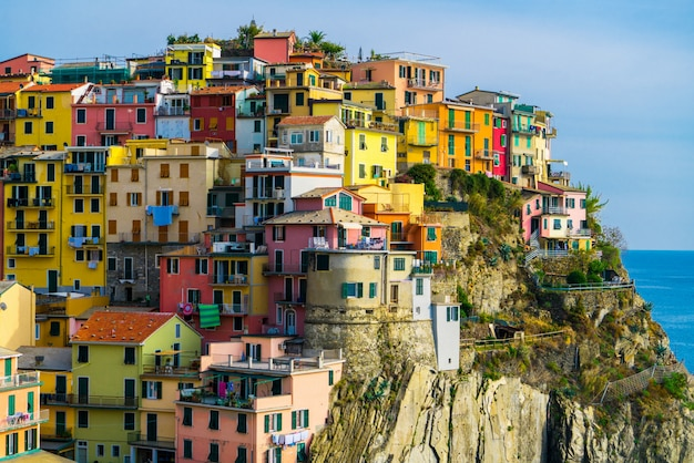 Разноцветные дома в манароле, чинкве-терре - италия