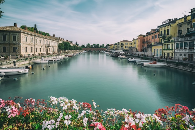 Красочный город пескьера-дель-гарда в италии.