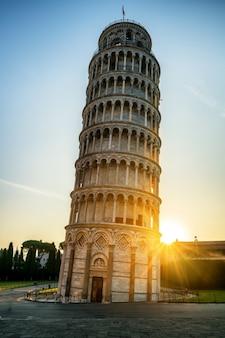 夕日の光の中でピサの斜塔