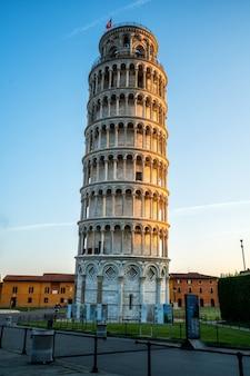 夕暮れ時のピサの斜塔