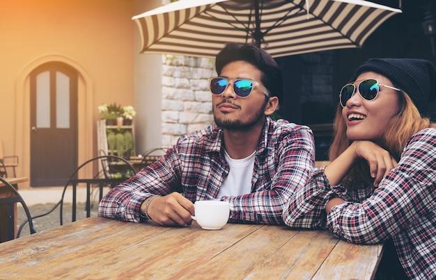 幸せな学生の友人は、カフェレストランでハングアウト。
