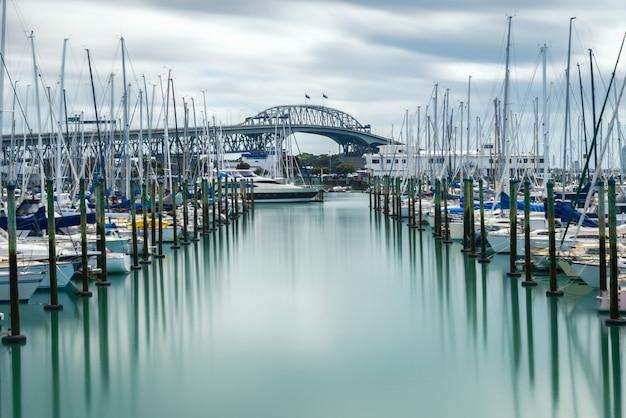 ニュージーランド、オークランドのオークランドハーバーブリッジ