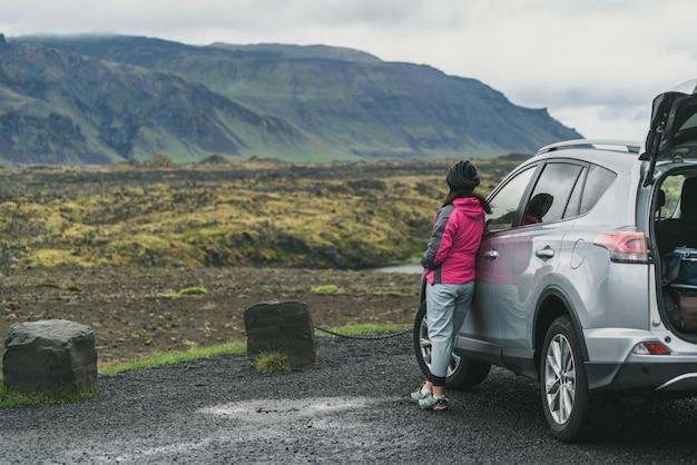 Путешествие женщины на автомобиле внедорожника в исландии.