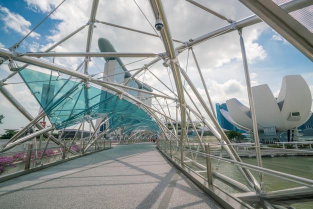 Спиральный мост в бухте марина, сингапур