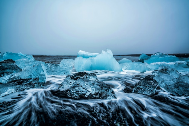 アイスランドのダイヤモンドビーチの氷山。