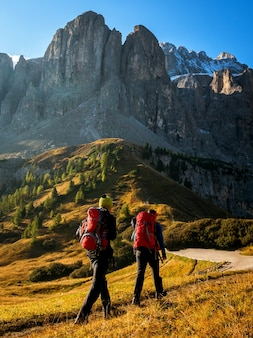 旅行者はドロミテの息をのむような風景をハイキング