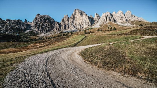 ドロミテイタリアの未舗装の道路とハイキングトレイルトラック
