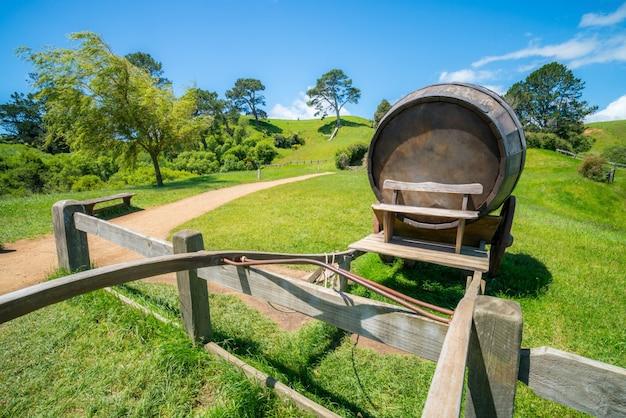 緑の芝生フィールドのワイン樽