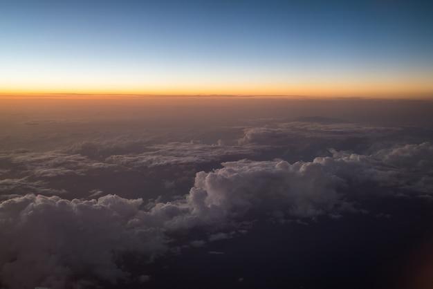 飛行機から見た日の出または日の出