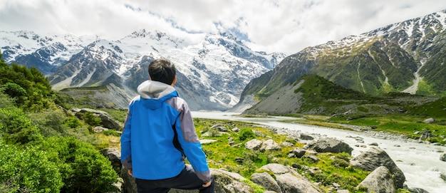 山脈の風景を旅する男