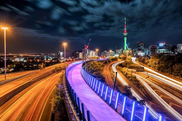 オークランド市の夜のスカイライン、ニュージーランド