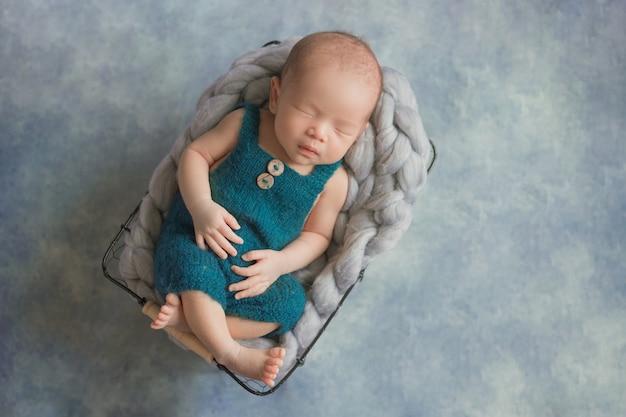 居心地の良い部屋で眠っている愛らしい新生児。