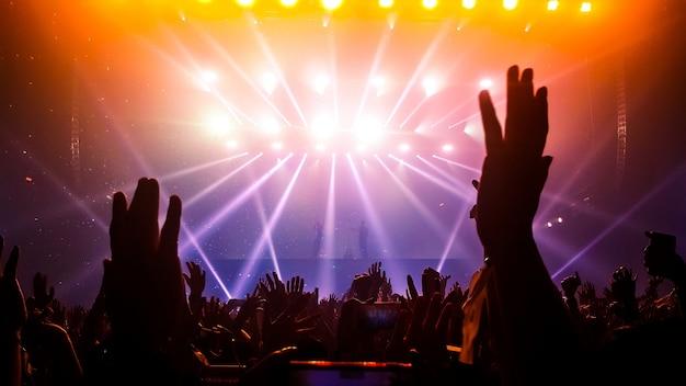 ナイトクラブパーティーコンサートで踊る幸せな人々