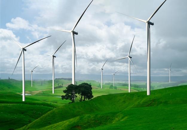 美しい自然の風景の中の風力タービンファーム。