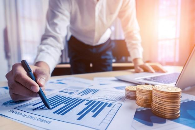 ビジネスマンは株式市場調査のデータを分析します。