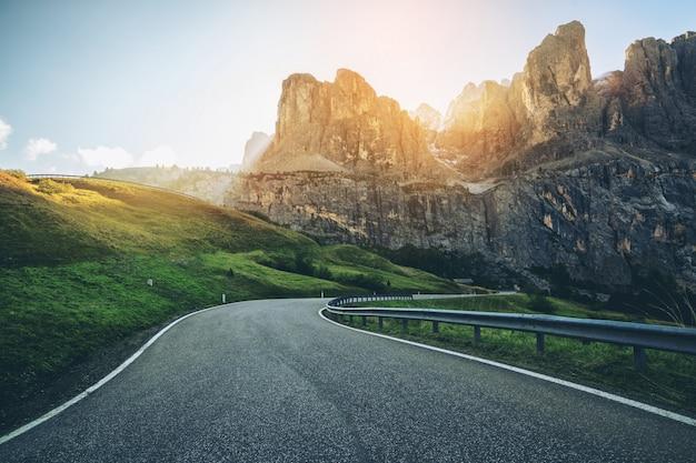 Горная дорога шоссе горы доломит - италия