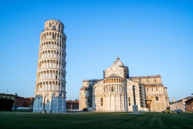Пизанская башня в пизе, италия