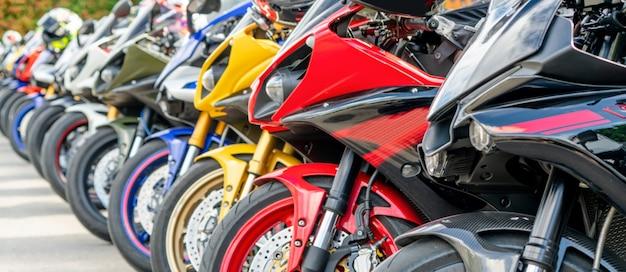 Мотоциклы групповой парковкой на городской улице летом