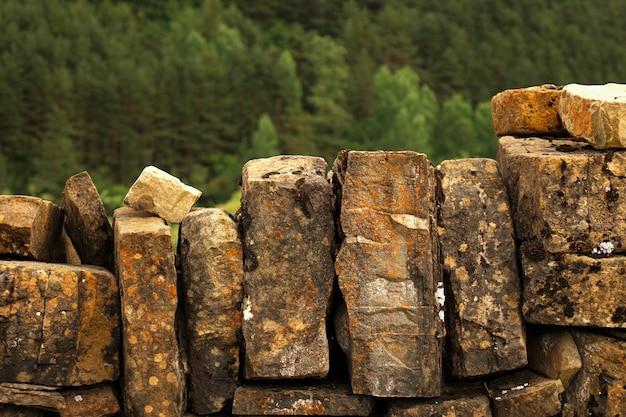 Деревенский фон стены из больших встроенных камней