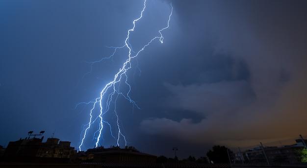 嵐の夜、壮大な稲妻