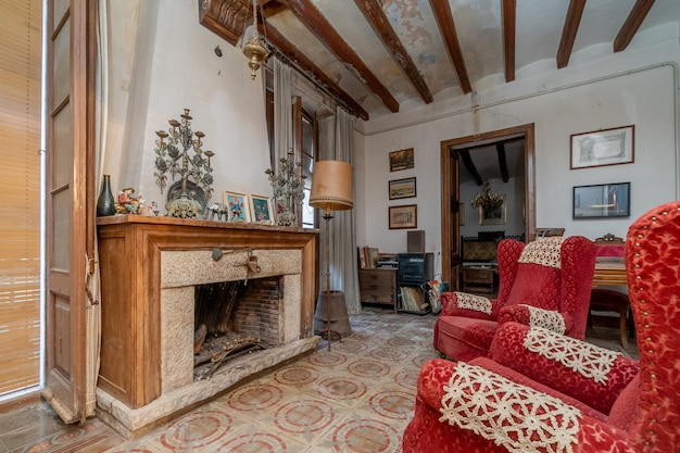 古い家の暖炉のある古いリビングルーム