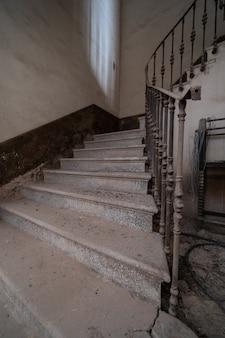 放棄されたマンション階段